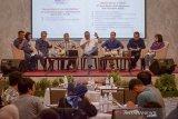 Direktur Utama Bank Bukopin Eko R Gindo (tengah) memberikan pemaparan saat acara paparan publik bersama awak media di Padalarang, Kabupaten Bandung Barat, Jawa Barat, Jumat (15/11/2019). Hingga Kuartal III/2019, Bank Bukopin berhasil membukukan laba bersih sebesar Rp151 miliar, meningkat sebesar 9,80 persen dibandingkan dengan pencapaian laba bersih pada periode yang sama tahun lalu sebesar Rp 137 miliar. ANTARA FOTO/Raisan Al Farisi/agr