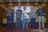 Direktur Utama Bank Bukopin Eko R Gindo (tengah) memainkan angklung bersama jajaran direksi seusai memberikan pemaparan saat acara paparan publik bersama awak media di Padalarang, Kabupaten Bandung Barat, Jawa Barat, Jumat (15/11/2019). Hingga Kuartal III/2019, Bank Bukopin berhasil membukukan laba bersih sebesar Rp151 miliar, meningkat sebesar 9,80 persen dibandingkan dengan pencapaian laba bersih pada periode yang sama tahun lalu sebesar Rp 137 miliar. ANTARA FOTO/Raisan Al Farisi/agr