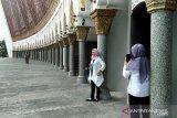 Ibadah Sembari Berfoto Ala Pengunjung Masjid Raya Sumbar