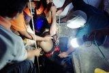 Petugas evakuasi warga yang terjebak dalam sumur di Blitar