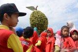 Sejumlah murid PAUD bersama gurunya mengunjungi salah satu anjungan buah-buahan saat berlangsung Aceh Agro Expo 2019 di Lapangan Blang Padang, Banda Aceh, Aceh, Sabtu (16/11/2019). Menurut guru sekolah, kunjungan murid ke lokasi pameran Aceh Expo 2019 yang berlangsung tanggal 15 - 17 November itu, merupakan edukasi kepada pelajar untuk mengenal berbagai jenis tanaman dan alat pertanian . Antara Aceh/Ampelsa.