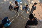 Pelajar tingkat Sekolah Dasar bermain rangka alu dalam Festival Taman Dolanan di kawasan Gapura Wringin Lawang di Desa Jati Pasar, Kecamatan Trowulan, Kabupaten Mojokerto, Jawa Timur, Sabtu (16/11/2019). Festival yang diikuti ratusan pelajar ini untuk melestarikan dan memperkenalkan permainan tradisional Indonesia yang mulai terlupakan serta sebagai wahana edukasi interaktif bagi anak-anak. Antara Jatim/Syaiful Arif/zk