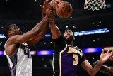 Block Anthony Davis selamatkan Lakers saat melawan Kings