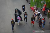 Peserta gerak jalan perjuangan (GJP) Mojokerto-Surabaya (MojoSuro) saat melintasi Jalan Gajah Mada Kota Mojokerto, Jawa Timur, Sabtu (16/11/2019). Gerak jalan perjuangan Mojokerto-Surabaya yang menempuh jarak sekitar 56 kilometer tersebut merupakan napak tilas perjuangan pahlawan yang menjadi rangkaian kegiatan memperingati Hari Pahlawan. Antara Jatim/Syaiful Arif/zk.