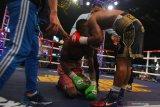 Petinju Indonesia, Daud Yordan (kanan) menghibur petinju Afrika Selatan, Michael Mokoena (kiri) dalam pertandingan perebutan gelar juara dunia tinju kelas ringan super 63,50 kilogram versi International Boxing Association (IBA) dan World Boxing Organization (WBO) di Batu, Jawa Timur, Minggu (17/11/2019). Daud Yordan menang TKO atas Michael Mokoena di ronde ke-8. Antara Jatim/Ari Bowo Sucipto/zk