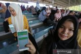 Peserta mengikuti simulasi (try out) tes Calon Pegawai Negeri Sipil (CPNS) dengan menggunakan handphone android di stadion H Dimurthala, Banda Aceh, Aceh, Minggu (17/11/2019). Try out untuk para CPNS yang difasilitasi anggota Dewan Perwakilan Rakyat Aceh (DPRA) dari Partai Nanggroe Aceh (PNA) Darwati A Gani dan diselenggrakan lembaga Teknos Genius diikuti 10.000 peserta lebih untuk melatih kesiapan peserta untuk mengikuti ujian CPNS 2020. Antara Aceh/Irwansyah Putra.