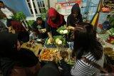 Pengunjung memilih makanan di Pasar kuliner tradisional Olehsari, Banyuwangi, Jawa Timur, Sabtu (16/11/2019). Pasar yang dibuka setiap hari Sabtu malam itu, selain mampu memberikan dampak ekonomi kepada warga juga sebagai pilihan wisatawan untuk mencari kuliner khas suku Osing di Banyuwangi. Antara Jatim/Budi Candra Setya/zk.