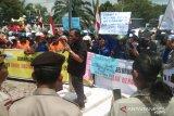 Ratusan buruh Dumai tolak penetapan UMK Rp3,289 juta