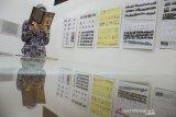 Pengunjung membaca buku saat melihat pameran sejarah dan Bangunan Heritage di Gedung Indonesia Menggugat, Bandung, Jawa Barat, Senin (18/11/2019). Pameran yang berisi foto, buku, peta dan sketsa tersebut menampilkan sejumlah jalur wisata dan industri serta bangunan di Kota Bandung yang terdokumentasikan sejak tahun 1810 hingga saat ini. ANTARA JABAR/Novrian Arbi/agr
