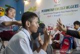 Pengajar bersama relawan memberikan pelajaran kepada siswa-siswi berkebutuhan khusus di sekolah Dreamable PKBM Hidayah, Bojongsoang, Kabupaten Bandung, Jawa Barat, Senin (18/11/2019). PT. Pertamina menyelenggarakan Pertamina Energi Negeri dengan memberikan bantuan dan sesi mengajar serta informasi  kepada anak berkebutuhan khusus di sekolah tersebut sehingga mampu menjadi inspirasi. ANTARA JABAR/Novrian Arbi/agr