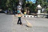 Pemkot Mataram mengevaluasi usia tenaga kebersihan