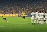 Saling lempar kedua suporter warnai laga Indonesia vs Malaysia