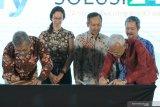 Direktur Utama PT Dua Empat Tujuh (S247) Beno Kunto Pradekso (kiri) bersama Direktur PT Envy Technologies Indonesia Tbk Mohammad Nadzaruddin bin Abd Hamid (kedua kanan) didampingi dengan Direktur PT Envy Technologies Indonesia Tbk Mahendra MSC (kanan) menandatangani nota kesepahamam (MoU) pada Konferensi Big Data Indonesia 2019 di Surabaya, Jawa Timur, Selasa (19/11/2019). Kerjasama ENVY dan S247 itu bertujuan untuk mendesain, mengembangkan dan mengimplementasikan teknologi Big Data ber-Kecerdasan Buatan (Artificial Intelligence), IoT (Internet of Thing), teknologi Blockchain, Big Data Cyber Security (Keamanan Siber untuk Big Data), serta untuk mempromosikan hasil produk-produk kerjasama tersebut di negara-negara anggota ASEAN bersama Indonesian Big Data for Sustainable Well Being Initiative. Antara Jatim/Didik S/ZK