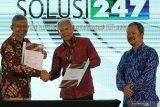 Direktur Utama PT Dua Empat Tujuh (S247) Beno Kunto Pradekso (kiri) berjabat tangan dengan Direktur PT Envy Technologies Indonesia Tbk Mohammad Nadzaruddin bin Abd Hamid (tengah) didampingi dengan Direktur PT Envy Technologies Indonesia Tbk Mahendra MSC (kanan) saat penandatangan nota kesepahamam (MoU) pada Konferensi Big Data Indonesia 2019 di Surabaya, Jawa Timur, Selasa (19/11/2019). Kerjasama ENVY dan S247 itu bertujuan untuk mendesain, mengembangkan dan mengimplementasikan teknologi Big Data ber-Kecerdasan Buatan (Artificial Intelligence), IoT (Internet of Thing), teknologi Blockchain, Big Data Cyber Security (Keamanan Siber untuk Big Data), serta untuk mempromosikan hasil produk-produk kerjasama tersebut di negara-negara anggota ASEAN bersama Indonesian Big Data for Sustainable Well Being Initiative. Antara Jatim/Didik S/ZK