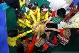 Anak-anak memainkan permainan Cuk Cuk Bimbi saat acara Gebyar Permainan Tradisional anak TK se-Kalsel di Indoor Borneo Futsal, Banjarmasin, Kalimantan Selatan, Selasa (19/11/2019). Dalam rangka memeriahkan hari pahlawan pengurus Ikatan Guru Taman Kanak Kanak Indonesia-Persatuan Guru Republik Indonesia (IGTKI-PGRI) Provinsi Kalsel mengadakan Gebyar Permainan Tradisional Anak yang bertujuan untuk membudayakan bermain permainan tradisional. Foto Antaranews Kalsel/Bayu Pratama S.