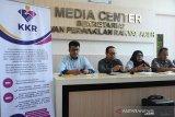 Ketua Komisi Kebenaran dan Rekonsiliasi (KKR) Aceh, Afridal Darmi (kedua kiri) didampingi Wakil Ketua Pokja Pengungkap Kebenaran, Evi Narti Zein (kedua kanan) memberikan keterangan terkait kasus dugaan penghilangan orang di Media Center, DPR Aceh, Banda Aceh, Senin (18/11/2019). KKR Aceh akan menghadirkan sebanyak 20 saksi yang juga keluarga dari korban dugaan penghilangan orang pada masa konflik Aceh untuk menyampaikan kesaksian mereka dalam Rapat Dengar Pendapat (RDK) yang akan digelar Selasa (19/11/2019) di DPR Aceh . Antara Aceh/Ampelsa.