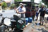 Warga mengisi jerigen air dari sumur pompa di desa Suranenggala, kecamatan Kapetakan, Cirebon, Jawa Barat, Selasa (19/11/2019). Warga di kecamatan tersebut terpaksa membeli air untuk kebutuhan sehari-hari seharga Rp2000 per jerigen karena ke kesulitan mendapat air bersih sejak tiga bulan terakhir. ANTARA JABAR/Dedhez Anggara/agr