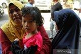 Diana (kedua kiri), satu dari enam Warga Negara Indonesia (WNI) dipeluk relawan Forum Komunikasi Masyarakat Muslim Indonesia (Forkommi) saat akan dibawa petugas Konsulat Jenderal Republik Indonesia (KJRI) Kuching di Bintulu, Sarawak, Malaysia, Senin (18/11/2019). Sebanyak enam WNI yaitu seorang perempuan (boru Situmorang) bersama lima anaknya (Diana, Akbar, Murni, Linda, Puteri) asal Tebing Tinggi, Sumatra Utara yang ditemukan dalam kondisi kelaparan dan terlantar itu diselamatkan Forkommi serta pegiat sosial Bintulu Francis Ngu Hown Hua dari sebuah pondok di hutan di kawasan Batu Sembilan Bintulu pada Oktober lalu. Selanjutnya mereka dibawa ke KJRI Kuching untuk mendapat penanganan lebih lanjut. ANTARA FOTO/HS Putra/jhw