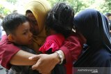 Akbar (kiri) dan Diana (kedua kanan), dua dari enam Warga Negara Indonesia (WNI) dipeluk relawan Forum Komunikasi Masyarakat Muslim Indonesia (Forkommi) saat akan dibawa petugas Konsulat Jenderal Republik Indonesia (KJRI) Kuching di Bintulu, Sarawak, Malaysia, Senin (18/11/2019). Sebanyak enam WNI yaitu seorang perempuan (boru Situmorang) bersama lima anaknya (Diana, Akbar, Murni, Linda, Puteri) asal Tebing Tinggi, Sumatra Utara yang ditemukan dalam kondisi kelaparan dan terlantar itu diselamatkan Forkommi serta pegiat sosial Bintulu Francis Ngu Hown Hua dari sebuah pondok di hutan di kawasan Batu Sembilan Bintulu pada Oktober lalu. Selanjutnya mereka dibawa ke KJRI Kuching untuk mendapat penanganan lebih lanjut. ANTARA FOTO/HS Putra/jhw
