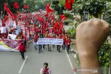 Massa buruh yang tergabung dalam KASBI Jawa Barat melakukan aksi unjuk rasa di depan Gedung Sate, Bandung, Jawa Barat, Rabu (20/11/2019). Aksi tersebut untuk menuntut pemerintah segera menetapkan dan menaikkan UMK 2020 minimal sebesar 15 persen, mencabut PP No 78 Tahun 2015 serta menolak kenaikan iuran BPJS. ANTARA FOTO/Novrian Arbi/agr