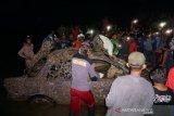 Warga Palu angkat mobil bangkai tsunami dari laut