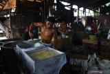 Pekerja menyelesaikan pembuatan tahu di salah satu pabrik tahu yang menggunakan bahan bakar sampah plastik di Tropodo, Sidoarjo, Jawa Timur, Rabu (20/11/2019).  Pabrik tahu di wilayah tersebut terpaksa menggunakan sampah plastik sebagai bahan bakar karena harganya yang murah. Walaupun asap yang dihasilkan akibat pembakaran sampah plastik dapat menghasilkan zat dioksin yang dapat meracuni manusia, tumbuhan, binatang dan mencemari udara.   Antara Jatim/Zabur Karuru