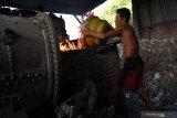 Seorang pekerja pabrik tahu menambahkan plastik ke tungku pembakaran di salah satu pabrik tahu yang menggunakan bahan bakar sampah plastik di Tropodo, Sidoarjo, Jawa Timur, Rabu (20/11/2019).  Pabrik tahu di wilayah tersebut terpaksa menggunakan sampah plastik sebagai bahan bakar karena harganya yang murah. Walaupun asap yang dihasilkan akibat pembakaran sampah plastik dapat menghasilkan zat dioksin yang dapat meracuni manusia, tumbuhan, binatang dan mencemari udara. Antara Jatim/Zabur Karuru