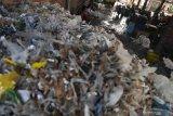 Tumpukan sampah yang menjadi bahan bakar di salah satu pabrik tahu yang menggunakan bahan bakar sampah plastik di Tropodo, Sidoarjo, Jawa Timur, Rabu (20/11/2019).  Pabrik tahu di wilayah tersebut terpaksa menggunakan sampah plastik sebagai bahan bakar karena harganya yang murah. Walaupun asap yang dihasilkan akibat pembakaran sampah plastik dapat menghasilkan zat dioksin yang dapat meracuni manusia, tumbuhan, binatang dan mencemari udara.  Antara Jatim/Zabur Karuru