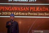 Gubernur Jawa Barat Ridwan Kamil memberikan kata sambutan saat acara peluncuran pengawasan pilkada serentak di Bandung, Jawa Barat, Rabu (20/11/2019). Peluncuran tersebut merupakan bagian dari Bawaslu untuk menginformasikan kepada seluruh masyarakat bahwa pelaksanaan pengawasan pemilu di tujuh Kabupaten dan satu Kota di Jawa Barat telah dimulai dan akan dilaksanakan pada 23 September 2020 mendatang. ANTARA FOTO/Raisan Al Farisi/agr