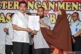 Penyerahan surat keterangan WNI istri Umar Patek