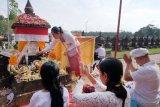 Warga berdoa di depan tugu pahlawan I Gusti Ngurah Rai pada puncak peringatan ke-73 Hari Puputan Margarana di Taman Pujaan Bangsa Margarana, Tabanan, Bali, Rabu (20/11/2019). Peringatan 73 tahun perang antara pasukan Ciung Wanara pimpinan I Gusti Ngurah Rai melawan Belanda tersebut diisi dengan doa-doa dan tradisi budaya Bali untuk mengenang arwah 1.372 pahlawan yang gugur. ANTARA FOTO/Nyoman Hendra Wibowo/nym.