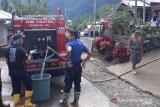 Satpol-PP Damkar Agam salurkan air bersih kepada korban banjirdi Tanjungraya