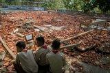 Pelajar melihat reruntuhan bangunan aula sekolah yang roboh di SMK Negeri I Miri, Sragen, Jawa Tengah, Kamis (21/11/2019). Bangunan aula sekolah tersebut roboh akibat hujan dan angin kencang yang menyebabkan 22 siswa mengalami luka-luka karena tertimpa reruntuhan bangunan. ANTARA FOTO/Mohammad Ayudha/nym.