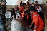 Personel gabungan bantu bersihkan kotoran sisa banjir di Agam