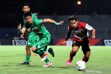 Pesepak bola Madura United (MU) Andik Vermansyah (kanan) berusaha melewati pesepak bola Bhayangkara Fc Alsan Putra Wasat  (tengah) dan TM Ichsan (kiri) dalam laga Shopee Liga 1 di Stadion Gelora Bangkalan (SGB) Bangkalan, Jawa Timur, Jumat (22/11/2019). Bhayangkara FC memenangi pertandingan tersebut dengan skor 2-1. Antara Jatim/Saiful Bahri/zk.