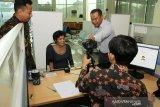 Atase Imigrasi Konsulat Jenderal Republik Indonesia (KJRI) Kuching Sarawak Ronny Fajar Purba (kanan) bersama Pelaksana Fungsi Konsuler Bagian Perlindungan WNI KJRI Kuching Lucky Nugraha (kedua kiri) mendampingi Warga Negara Indonesia yang dievakuasi dari hutan Mildah Situmorang (kedua kanan) saat perekaman data di Kantor KJRI Kuching, Sarawak, Malaysia, Kamis (21/11/2019). Ronny Fajar Purba menyatakan pihaknya membuatkan dokumen perjalanan berupa Surat Perjalanan Laksana Paspor (SPLP) untuk Mildah Situmorang beserta kelima anaknya (Diana, Akbar, Murni, Linda, Puteri), WNI asal Tebing Tinggi, Sumatra Utara yang ditemukan dalam kondisi terlantar di sebuah pondok di hutan Batu Sembilan Bintulu dan selanjutnya akan dipulangkan ke Indonesia.  ANTARA FOTO/HS Putra/jhw