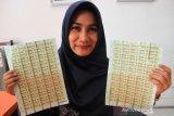 Petugas memperlihatkan materai 6.000 di Kantor Pos Meulaboh, Aceh Barat, Aceh, Jumat (22/11/2019). Menurut petugas Kantor Pos Meulaboh permintaan dan penjualan materai 6000 meningkat hingga 129 persen daripada biasa yang dipengaruhi pembukaan formasi CPNS 2019. Antara Aceh/Syifa Yulinnas.
