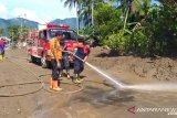 Ratusan relawan bersihkan material banjir di Agam