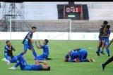 Sejumlah pesepak bola Persiraja meluapkan kegembiraan usai mengalahkan Sriwijaya FC saat pertandingan perebutan tempat ketiga Liga 2 2019 di Stadion Kapten I Wayan Dipta, Gianyar, Bali, Senin (25/11/2019). Persiraja berhasil menduduki peringkat ketiga Liga 2 2019 sekaligus memastikan tiket promosi ke Liga 1 usai mengalahkan Sriwijaya FC dengan skor 1-0. ANTARA FOTO/Fikri Yusuf/nym.