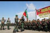 Panglima Kodam I/Bukit Barisan Mayor Jenderal TNI MS. Fadhilah (kiri) menyerahkan pataka kepada Danyonif 133/Yudha Sakti Mayor Inf. Hendra Cipta saat pelepasan Satgas Pamtas Indonesia - Malaysia di Pelabuhan Pelindo I Dumai di Dumai, Riau, Senin (25/11/2019). Satgas Pamtas Indonesia - Malaysia beranggotakan 450 prajurit dari Batalyon Infanteri 133/Yudha Sakti diberangkatkan dari Pelabuhan Dumai menuju Pontianak menggunakan kapal KRI Teluk Hading untuk menggantikan prajurit Batalyon Infanteri Raider 301/Prabu Kian Santang yang sudah bertugas selama sembilan bulan menjaga perbatasan Kalimantan Barat - Serawak. ANTARA FOTO/Aswaddy Hamid/nym