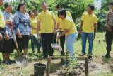 Bupati dan legislator tanam bibit pohon di SMAN 1 Kurun