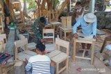 TNI di perbatasan membantu pembuatan kelengkapan sekolah