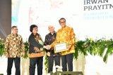Gubernur Sulsel Nurdin Abdullah dianugerahi penghargaan Tokoh Perhutanan Sosial