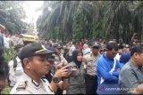 Eksekusi lahan Tol Pekanbaru-Dumai di Kandis, polisi klaim lancar. Ada yang sebut nama Jokowi