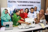 Wakil Pimpinan Permodalan Nasional Madani (PNM) Cabang Surabaya Sugiarto (keempat kanan) Kasi Industri tekstil dan kimia aneka disperindag Pasuruan Misbakhul Munir (kedua kiri) bersama sejumlah pengusaha melihat mesin bordir saat pelatihan desain bordir dan teknologi terkini program pengembangan kapasitas usaha Klasterisasi bordir di Bangil, Pasuruan, Jawa Timur, Kamis (28/11/2019). Program yang diadakan oleh PT PNM di daerah tersebut bertujuan untuk meningkatkan daya saing pasar pada usaha bordir melalui pelatihan desain dengan menggunakan teknologi terkini. Antara Jatim/Umarul Faruq/zk