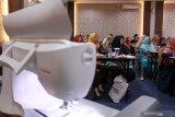 Sejumlah pengusaha mengikuti pelatihan desain bordir dan teknologi terkini program pengembangan kapasitas usaha Klasterisasi bordir di Bangil, Pasuruan, Jawa Timur, Kamis (28/11/2019). Program yang diadakan oleh PT PNM di daerah tersebut bertujuan untuk meningkatkan daya saing pasar pada usaha bordir melalui pelatihan desain dengan menggunakan teknologi terkini. Antara Jatim/Umarul Faruq/zk