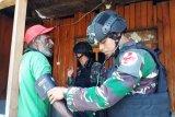 Satgas Yonif 305/Kostrad gelar patroli dan pengobatan gratis
