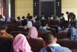 Suasana sidang isbat pernikahan di ruang pertemuan Dinas Kependudukan dan Pencatatan Sipil Kabupaten Madiun, Jawa Timur, Jumat (29/11/2019). Dinas Kependudukan dan Pencatatan Sipil bersama Kantor Kementerian Agama dan Pengadilan Agama Kabupaten Madiun menggelar sidang isbat bagi 45 pasangan yang nikah secara siri (nikah yang belum dicatat oleh negara) guna memperoleh akta nikah sebagai dokumen pengurusan akta kelahiran anak. Antara Jatim/Siswowidodo/zk