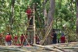 Pelaku Kelompok Sadar Wisata (Pokdarwis) membuat karya seni instalasi berbahan bambu saat mengikuti Festival Bambu di Dungus Forest Park Kabupaten Madiun, Jawa Timur, Sabtu (30/11/2019). Festival bambu yang diikuti ratusan pelaku Pokdarwis tersebut dimaksudkan untuk mengangkat potensi daerah yang sebagian besar wilayahnya penghasil bambu. Antara Jatim/Siswowidodo/zk.