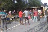Truk terbalik di Perawang akibatkan 17 orang luka, sopir melarikan diri